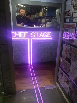 人來人往的尖吵咀,買好了我的戰利品後  時間剛剛好到了中午,早幾天BOOK好了Chef Stage 2位食午膳  就在尖沙咀亞士厘道商業大廈,而且近地鐵站步行5分鐘內分鐘便到        上到來餐...