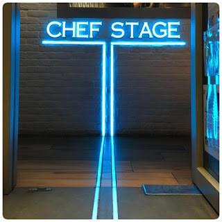禺人節的一個晚上去試下新野去到位於尖沙咀的Chef Stage 入到門口除了被燈光吸引外放在大門的獎牌也令我停下了腳步     一入到去就見到落地大玻璃窗   而且仲有一個好中國特色的裝飾   吃了一...
