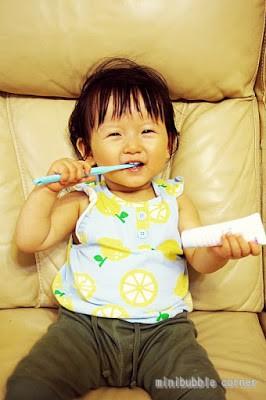 QB是眾所周知的吃貨, 最叻是食, 早早就懂得自己拿着匙羹吃飯, 經常吃又已有8隻牙仔又,近日更開始長出第一隻臼齒, 所以自10個月大開始我會早晚幫她刷牙, 保持口腔和牙齒衛生, 也自小養成刷牙習慣....
