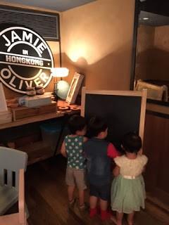 WEEKEND約左幾個媽媽朋友去尖沙咀JAMIE OLIVER, 由於第1次去我仲以為一定好多人同埋會坐得好迫, 點知去到餐廳, 佢地竟然安排一張超大張的枱我地, 坐得非常闊落, 仲要坐正係KIDS...